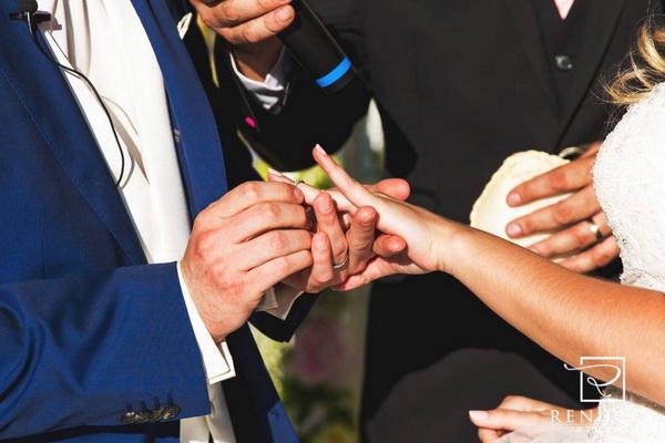 ceremonie-laique-laura-et-regis-a-deux-mains-tenant-20